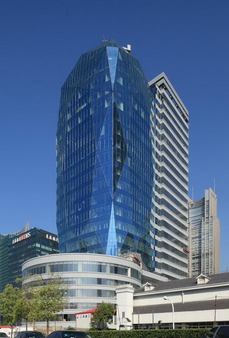 建筑形象构思为一颗坐落在宝石盒上的蓝宝石。蓝宝石华贵、高雅,象征财富和智慧,宝石盒的横线条则指代信息和财富的传播,建筑整体形象贴切诠释项目的 区位功能属性金融贸易和项目的功能属性金融信息平台特质,同时其形象立意与相邻的上海市地标建筑东方明珠珠联璧合,晶莹剔透的蓝宝石会同异彩 流光的东方明珠与黄浦江交相辉映,构成一幅别具一格的东方明珠宝石交辉映、浦江碧波秋水流溢彩的如梦画卷。