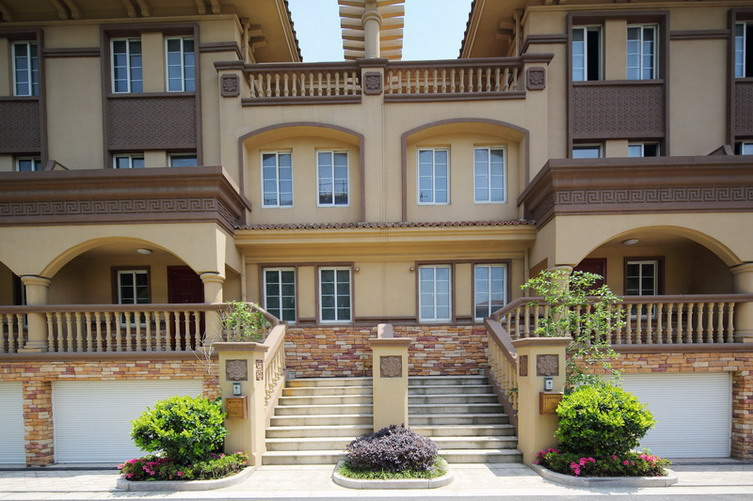 各栋住宅楼的造型采用地中海风格,三段式的立面划分体现着古典主义的韵味,底层为暗红色文化石基座;中层是米黄色墙身;顶层则以错落有致的四坡顶结束,各层之间用线脚划分,形成别致稳重的和谐比例。建筑的细部处理仍然通过对古典建筑的考究得到,缩小的柱式处理仍然采用三段式的比例构图,运用于顶层阳台的围栏上,让人联想起巴洛克式的雍容华贵;立面窗间墙中时不时的精美卷草雕花饰面,线条柔美圆润,仿佛洛可可式的奢靡妖娆。对如此种种立面细节的不倦追求,体现了不断壮大的中产阶级的高端审美倾向,代表着城市新贵们的生活情趣。