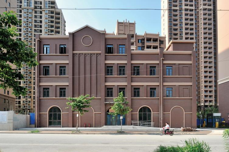 普陀区沪嘉北A块保障性住房项目位于上海市普陀区,属于我国类建筑气候,项目建设基地南至连亮路,东至经三路、北至规划路、西至金光北块地块,用地面积约26 800平方米。 规划设计 总体规划充分考虑本地块自身的完整性及与周边相邻地块的协调统一。做到既有个性,同时又有机地融入周边环境以形成大区域概念。小区主出入口位于地块东侧中部,东接经三路;小区次出入口位于南侧中部,南接连亮路,出入口的位置安排可方便快捷的将人流车流引入基地内部。整体建筑形态沿经三路依次展开、整体空间布局西低东高,形成具有特色的社区形象。结合城市