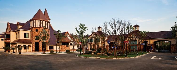相似的建筑外墙装饰效果和极具特色的屋檐处理手法