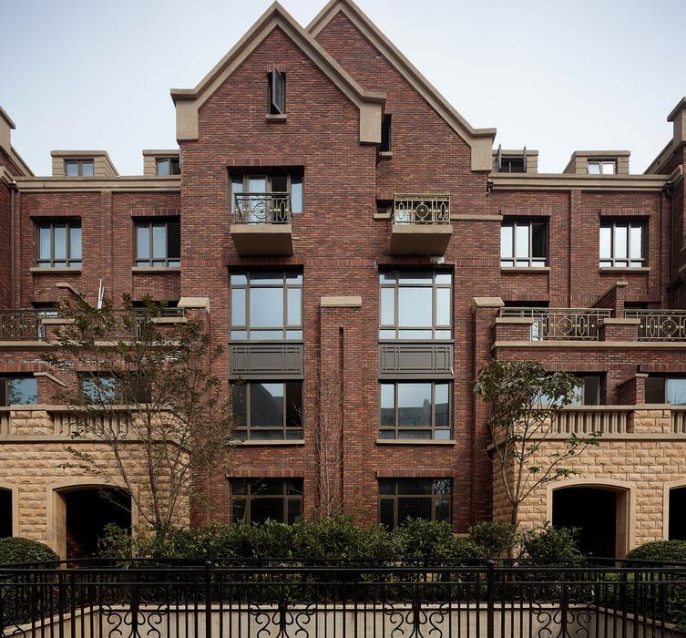 诺丁山精雕细琢每一寸建筑空间,铺排叠加、联排、平层别墅等低密低层建筑,重现百年英伦华族生活。建筑造型别致、精美,高大门阶、红色屋瓦、斜坡屋顶、窗棂砖楞,保留了英伦百年建筑传统,赋予建筑深刻的文化内涵和历史感。