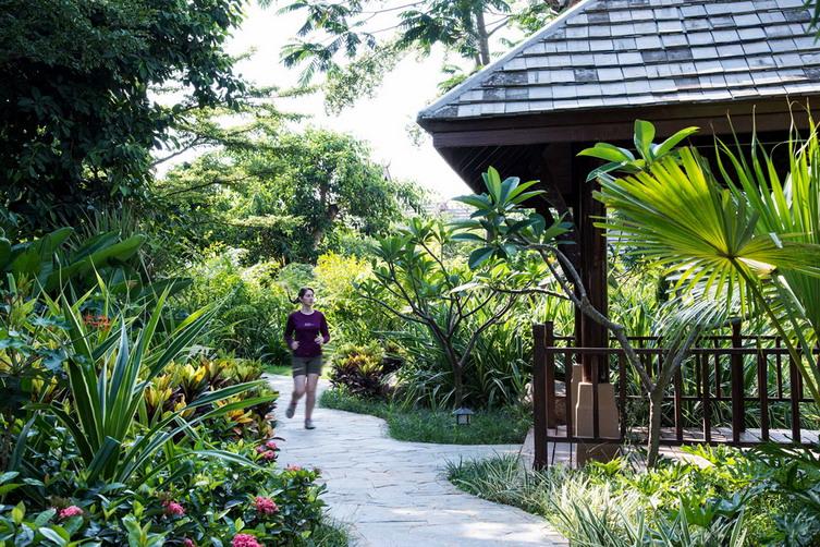 中心以佛教圣树菩提树的树叶装饰,而枝形吊灯象征着倒悬的楼阁式宝塔.
