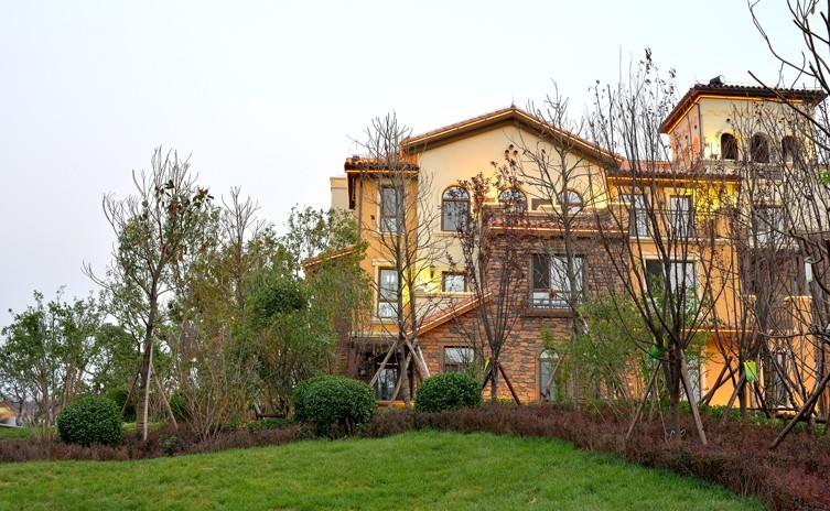 紫岸项目整体建筑突显私岛别墅的高贵特质,景观设计以意式风情为依托