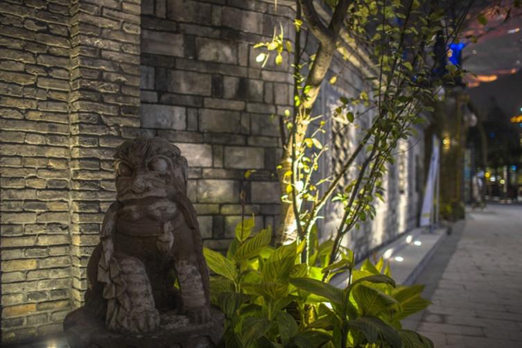 本方案在景观设计中,贴合规划及建筑设计风格,努力寻找场地的地域特色及历史肌理,使景观与场所形成气质统一而富有新意的效果。 以简约的风格美学呈现材质造型,运用传统街巷庭院的精神与手法、运用引导、框景、借景的手法,营造不同的主题景点:以水景、绿地串联...