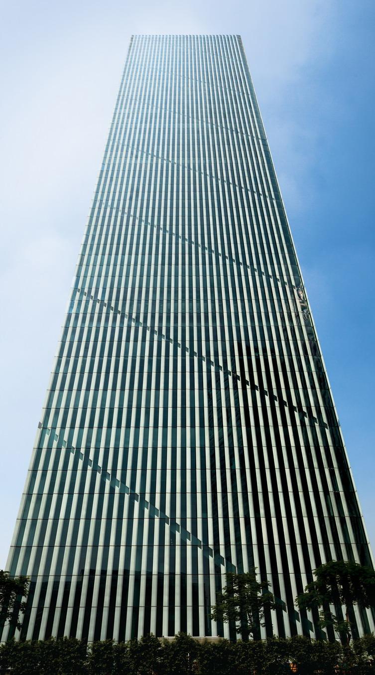 项目建筑风格简洁,线条清晰,坡屋面体现出鲜明的个性,精致的几何造型的建筑主体结合极具光影表现力的鳞片状玻璃幕墙设计,营造出具有艺术雕塑效果的建筑立面,整体气质简约大气。内部空间布局合理,实用率高,并设有37.8米高的大堂;同时采用绿色节能环保设计,打造...