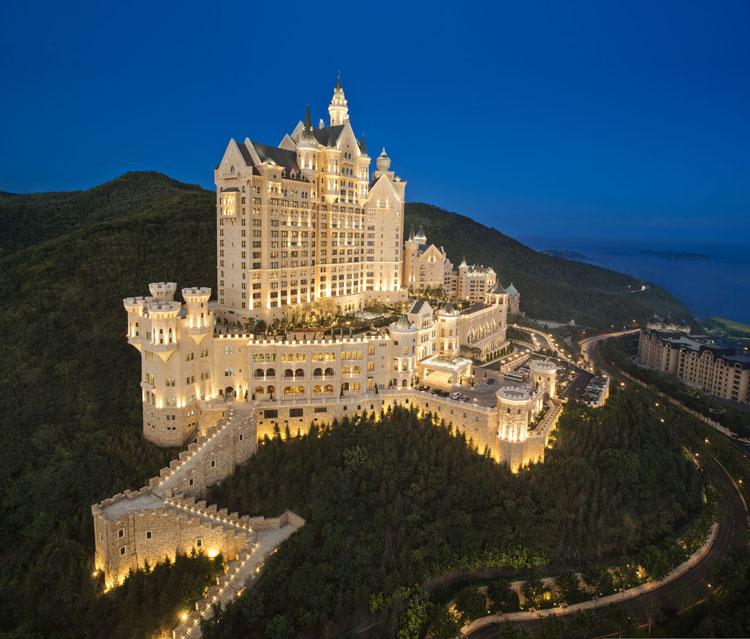 带宾客通往宛如法国城堡