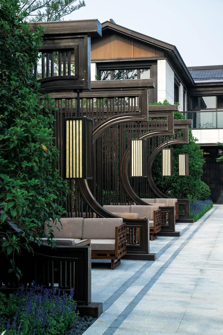 05 景观设计 景观设计沿袭规划布局,对一街、一桥、三水、九巷、百院进行分层次设计,空间层级清晰明了,延续了传统苏州园林特色及苏式韵味。景观空间层次强调居者体验的序列感,注意重要节点及界面的控制。设计强化了私家庭院的理念,以2.5~3米的中式院墙设计,结合私家庭院景观取代公共集中造景的理念,加强了私密性与类独栋的感受。景观小品设计采用文化定制的方式,用文化与品质并重的门头、定制门匾等凸显尊贵及世家传承的底蕴。