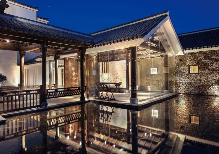 设计手法上用了仿木构的坡屋顶来表现徽派中木构的
