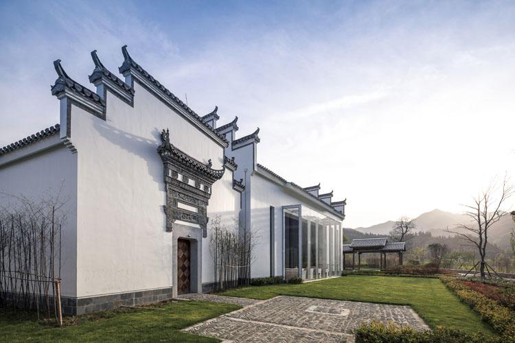 设计体现了传统的徽派民居风格,沿用古徽居枕山,环水,粉墙黛瓦的建筑图片