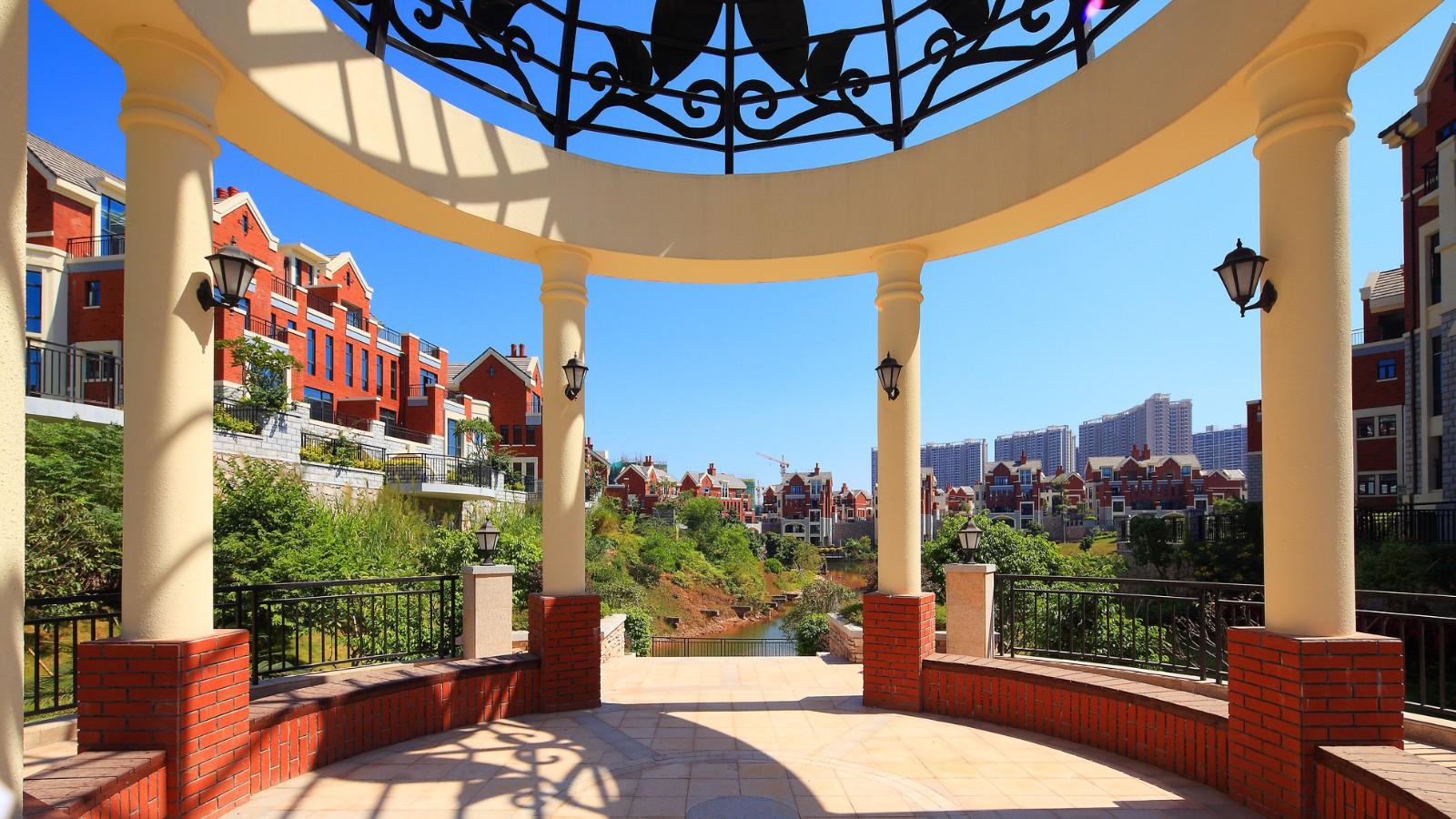 西班牙建筑风格,邻湖,由1栋主楼,1栋辅楼和3栋独立客房(独栋别墅)组成
