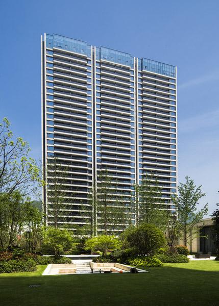 建筑细节   玻璃和石材作为立面设计的主要建筑材料,玻璃的冷峻和石