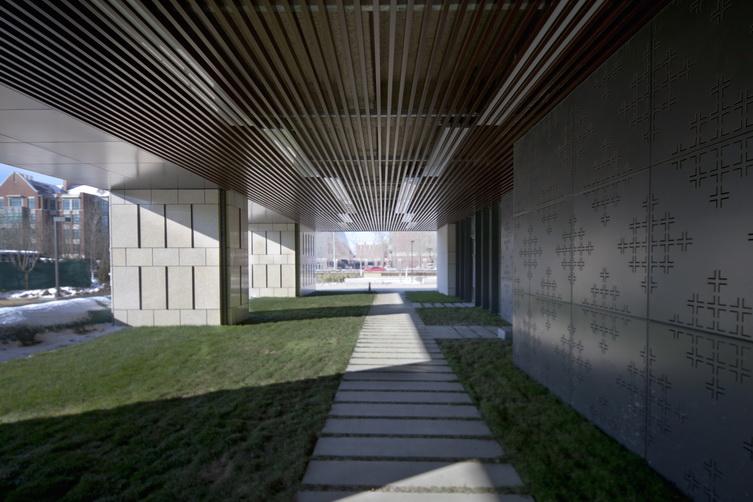 59五#楼入口灰空间处墙面铝板暗纹照片.jpg