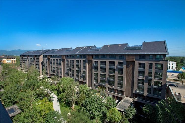 万柳书院是万柳核心区后一块居住用地,为北京成熟的高端居住区之一,颐和园、圆明园等皇家苑囿环绕,文脉厚重,自然环境优渥。万柳书院承天时地利。以不辜负土地与城市之信念,精雕细琢每一寸建筑与空间。其外立面为荷兰手工灰砖与棕红色木格栅,充满时间肌理、历久弥新。205-558平米人文空间,考量业主的家庭结构设置功能区。其精装修通过引入德国高仪、瑞士劳芬、嘉格纳等品牌,创造独特的表达方式,影响其中的人。回归健康居住之本意,万柳书院还导入美国LEED的铂金级标准,通过采用美国迅洁空气净化系统、美国霍尼韦尔新风、中央吸