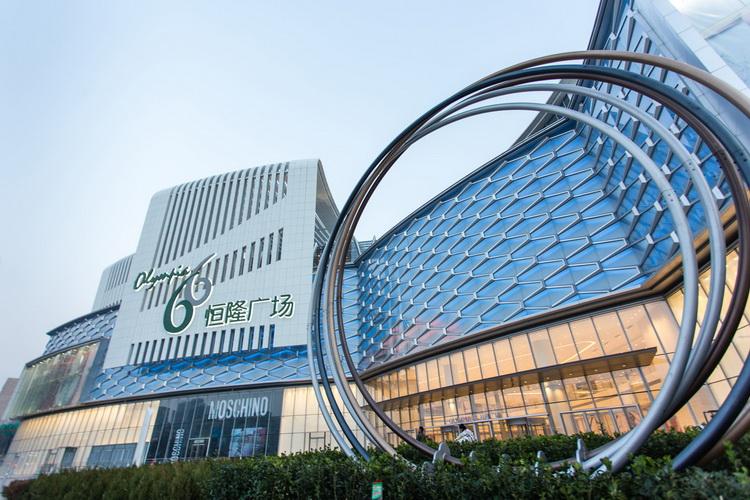 简介大连恒隆广场是位于中国大连市的创新地标性建筑。设计充分尊重中国文化及城市环境,通过对道路位置的精心布置,提供融合绿化景观的宽敞社区空间及广场。这座 7 层的购物中心对复杂形态与功能间的微妙平衡拿捏到位,巧妙呼应周围环境和当地社区,成为大连市最大的购物、时尚生活和休闲综合项目。