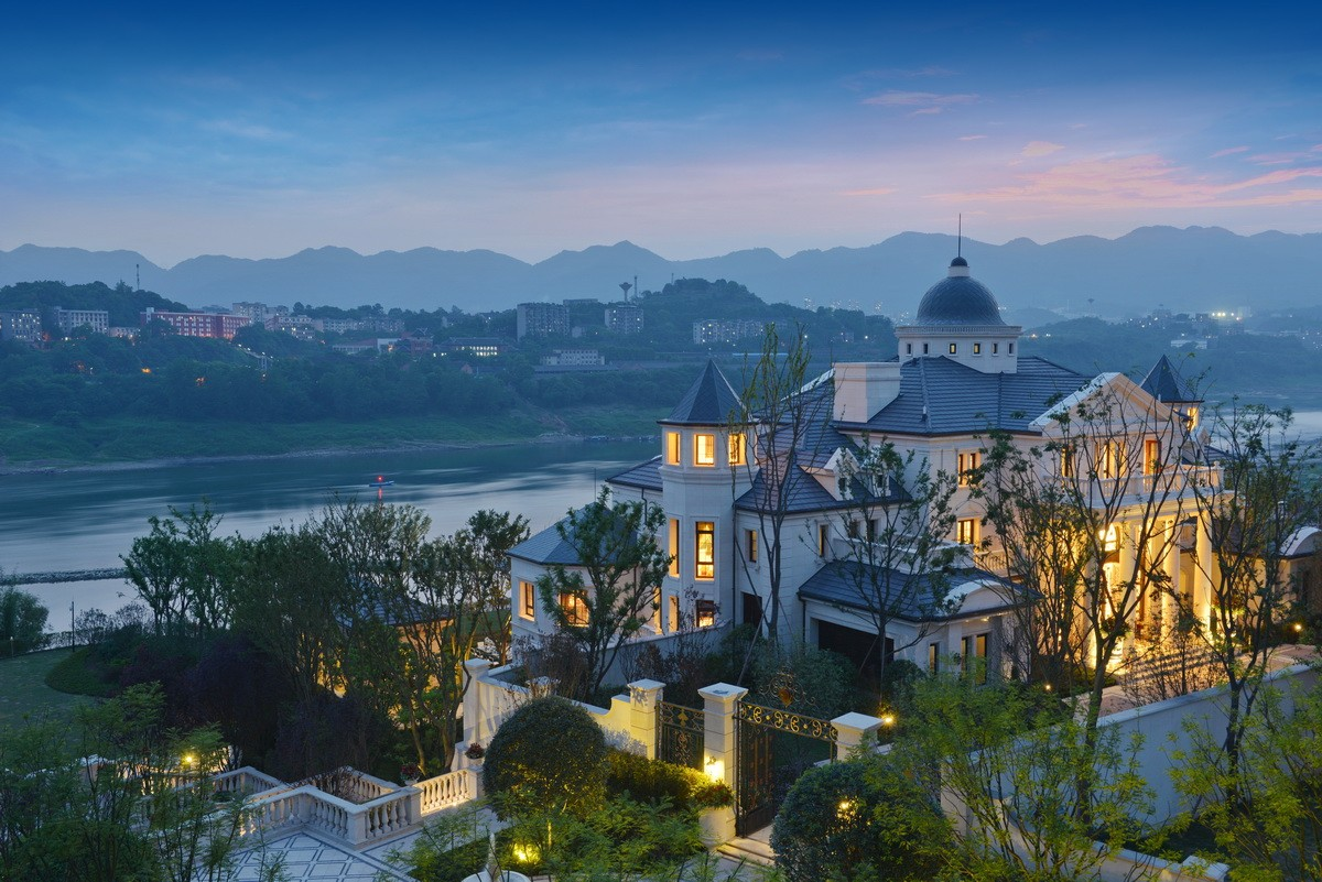 为了打造出高品质的顶级豪宅,项目的主要设计师专程到法国考察学习经典法式园林。设计过程中由多个设计师负责一个景观节点,几十次方案反复推敲,只为呈现最美效果。 1. 景观整体设计构思来源于法国500多年历史的卢瓦尔河谷地区城堡群。延续法国园林的恢弘大气,强调与自然浑然一体。 2.