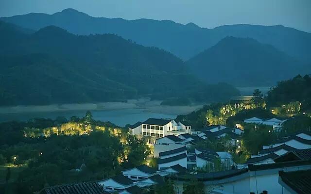 村阿丽拉安吉坐落于群山之中俯瞰湖景,与休闲农业园和乡村风景融合.