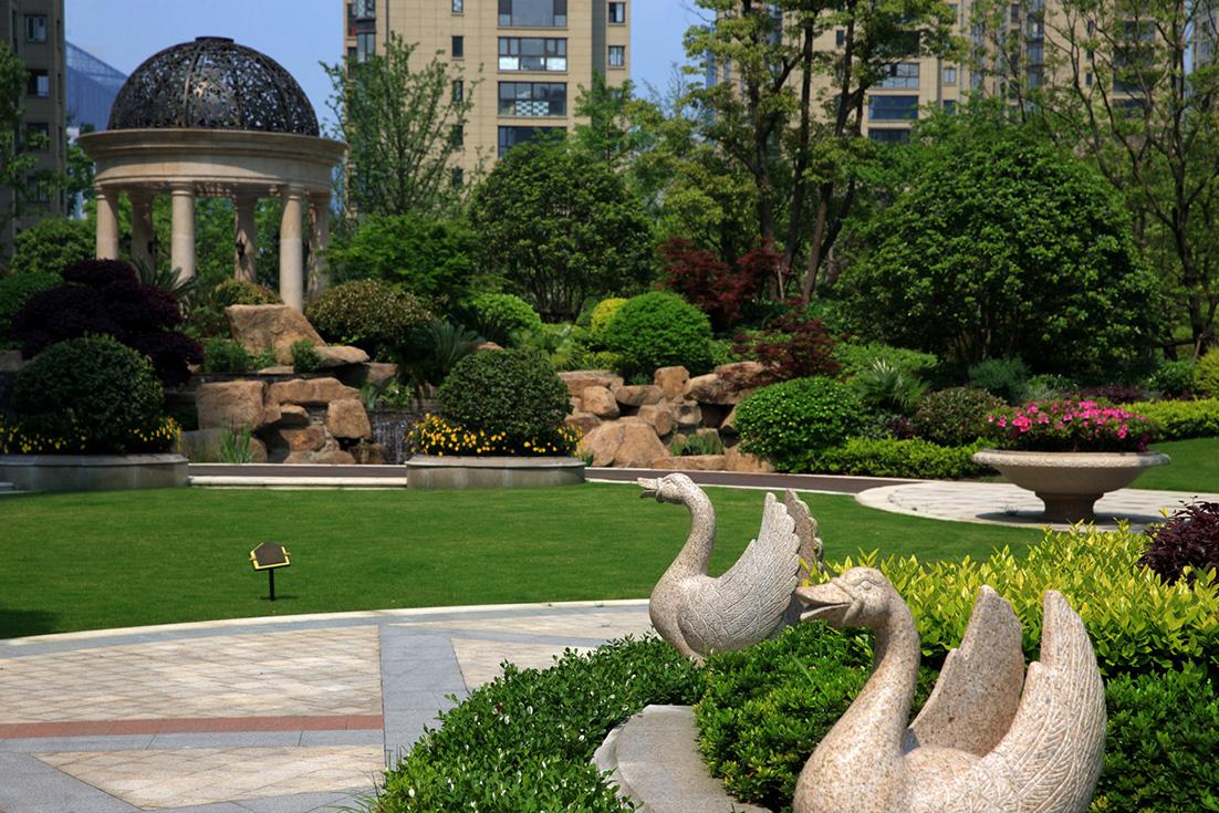> 杭州龙湖 春江郦城景观设计     ▲景石与植物序列的穿插,横向呼应