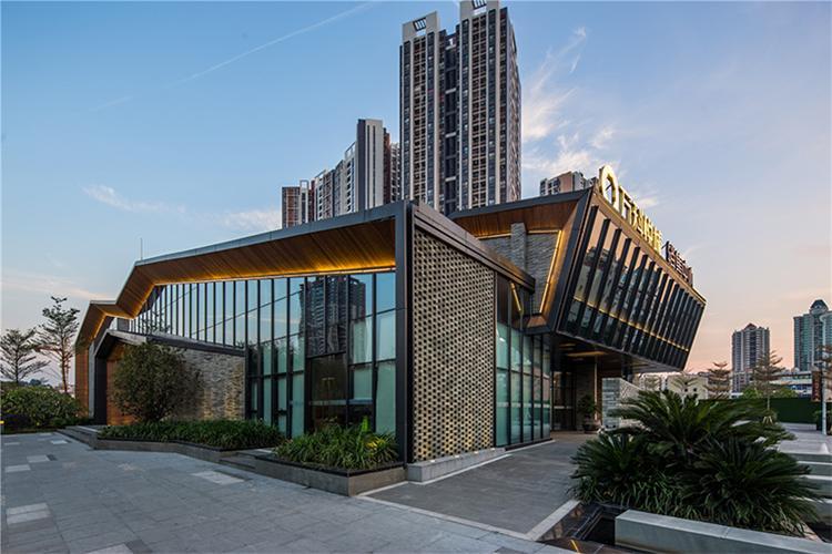 文化中心地处文冲古村西南角,其用途是作为文冲古村改造后的一个公共活动平台。项目主体立面设计以岭南村落起伏错落的坡屋顶为原型,以现代的手法,创造出丰富多变的坡屋顶关系,既保留了岭南建筑的味道,又不失新生建筑的时尚感。建筑材料选择上使用了传统岭南建筑惯用的灰砖(更有部分灰砖取自古村内老房子的古砖),极具亲和力的木材,现代风格的玻璃、铝合金,大面积的坡屋顶则选用了金属屋面系统,力求在古建筑群落中创造一个念故却又不失现代感的建筑。