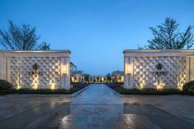 太湖东岸,打造高端尊贵,典雅浪漫的居住环境,设计中的元素语言取自于路易十四的皇冠,将皇冠进行简化提炼成为景观设计中的装饰纹样,用作LOGO,各种景观小品,铁艺装饰、铺装设计之中,我们选用了沉稳的棕色系,为项目定下低调而华丽的基调;为高端住宅提供定制化的...