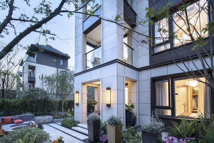新亚洲风格建筑_成功案例 > 上海桐南美麓   项目建筑采用新亚洲风格的立面和坡屋顶的