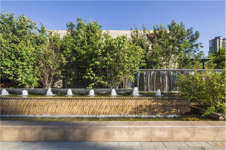 屋顶花园上,设计师将区域划分为休闲观景空间及社交聚会空间来满足不
