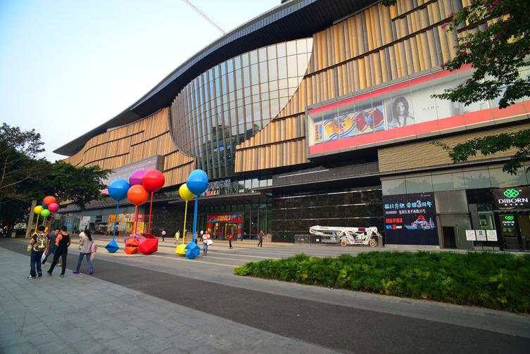 项目作为一个大型城市综合体,拥有一座约10万平方米的大型购物中心和四栋塔楼,集合了商业、娱乐、办公、休闲等诸多功能,是龙岗区未来的活力中心,提供了一个令人向往的、区域首屈一指的零售、娱乐、办公目标地。此地块开发将带动整个万科九州地块近百万平方米的开发与提升,为龙岗区中心区提供源源不断的能量,同时兼顾辐射周边社区。 项目总体设计延续了时光印迹的概念,一条蜿蜒前进的流线自东面的龙城广场中心的水池西北上行穿过九州4号地块,从城市天桥进入3号地块,流过绿色的屋面,并提升至D座办公塔楼的顶端,象征了再攀高峰的精神追