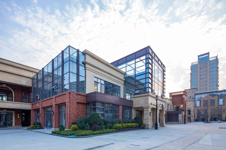 成功案例 > 成都国色天乡商业街建筑设计   建筑立面风格为充满质感的
