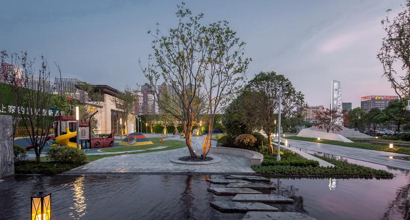 合肥蓝光·公园1号 现代 自然 简约 典雅 展示区 住宅  水中汀步 户外家具 树池 镜面水景 几何 不规则  景观设计(SED新西林景观国际,受邀加入ASLA协会,拥有风景园林工程设计专项甲级,业务范围:住宅及社区设计 酒店及度假设计、养老地产及产业园区设计、商业地产设计、城市及空间设计、城市规划设计) (3).jpg