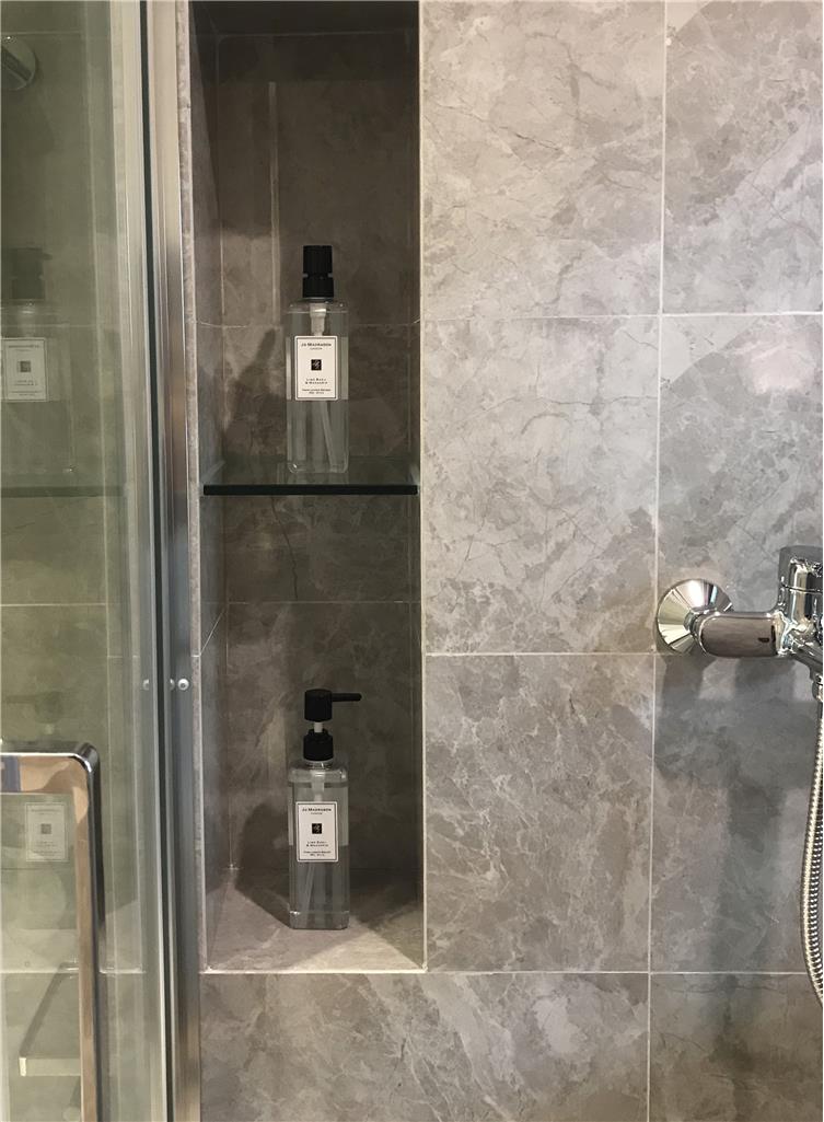 灰色卫生间地砖