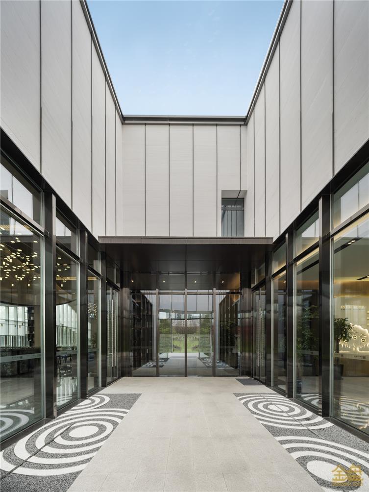 配图13:销售中心至样板区入口庭院.JPG